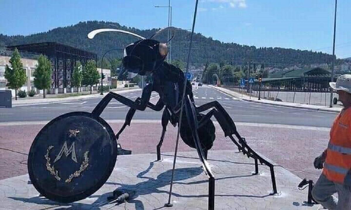 Το άγαλμα που τοποθετήθηκε στην Θεσσαλία – Ένα μυρμήγκι που υποτίθεται ότι συμβολίζει τους «Μυρμιδόνες» (!)