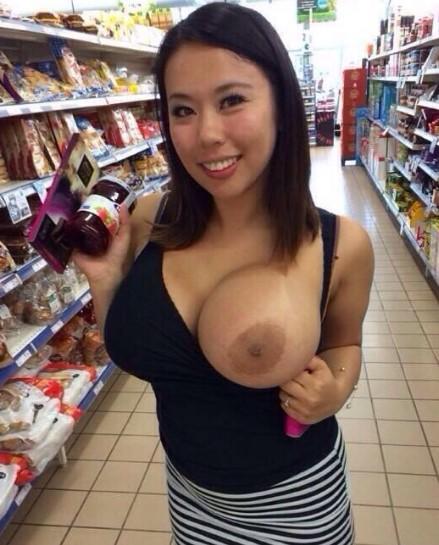 Foto Bugil Tante Girang Toketnya Super Gede Montok Di Supermarket