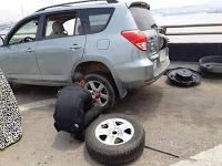 Policemen on duty in Lagos help man change his flat tyre,give him water to wash his hands(Photos)