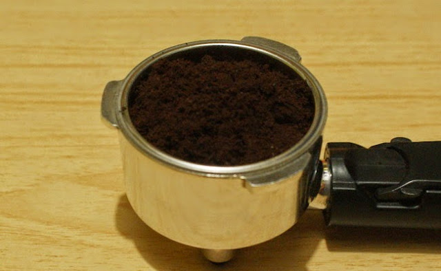 4. Masukkan kopi bubuk halus sedang ke portafilter hingga penuh atau kalau punya timbangan lebih baik, untuk satu shot sekitar 7 gram. 4. Put the finest grind coffee into the portafilter until almost full or scale it 7 grams for one shot