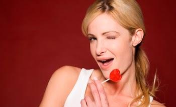 Οι 7 κινήσεις που κάνει μια γυναίκα όταν της αρέσεις!