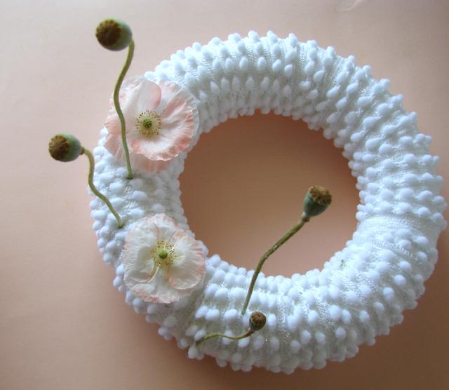 ghrlanda con lana fiori freschi e di carta