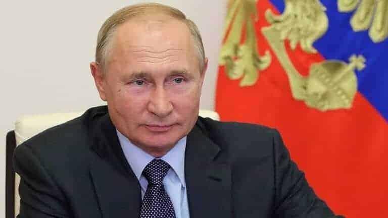 """وذكر بوتين خلال الاجتماع مع لوكاشينكو أن بيلاروس ستكون أول دولة تتلقى لقاح """"سبوتنيك-V"""" الروسي ضد كوفيد-19.  من جانبه، عبر لوكاشينو عن شكره للرئيس الروسي للدعم الذي قدمه له بعد الانتخابات الرئاسية الأخيرة، وقال إن على بيلاروس أن تكون أقرب من الأخ الكبير روسيا.  وهذه هي الزيارة الخارجية الأولى التي يقوم بها لوكاشينكو بعد فوزه في الانتخابات الرئاسية في 9 أغسطس التي رفضت المعارضة الاعتراف بنتائجها ونظمت مظاهرات حاشدة مطالبة بتنحي لوكاشينكو وإجراء اقتراع جديد.  المصدر: وكالات"""