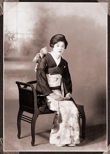 32 Vintage Portraits Of Beautiful Japanese Women Dressing