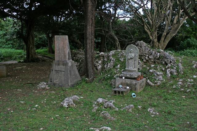 石碑と弥勒親子地蔵尊の写真