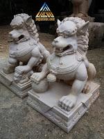 Patung foo dog dibuat dari batu alam