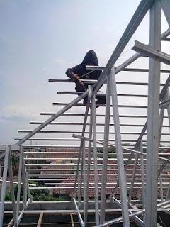Perakitan rangka atap baja ringan galvalum ditempat