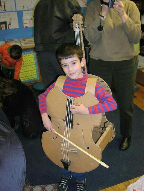 disfraz escolar violonchelo con caja de cartón