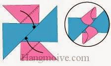 Bước 7: Gấp chéo hai cạnh giấy đỏ nhét vào khe giữa hai cạnh tờ giấy xanh