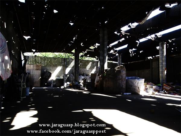 Interior do galpão. As telhas feitas com material Tetra Pak reciclado resistiram às intempéries nos  primeiros anos, mas agora precisam ser substituídas