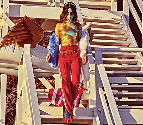 Selena Gomez usando um biquíni