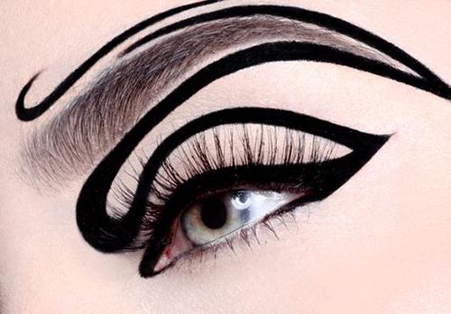 ojo con delineado en curva negro de fantasía que termina en la ceja