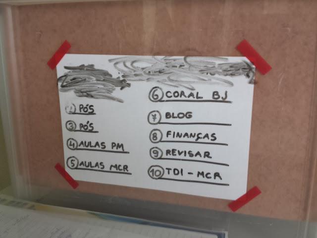 etiquetando com CONTACT TRANSPARENTE, PAPEL E CANETA PARA QUADRO BRANCO