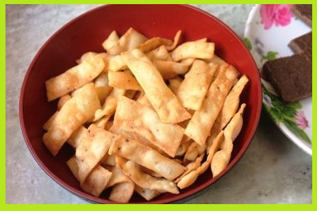 कुरकुरे नमकीन पारे रेसिपी - Namkeen Namak Pare Recipe in Hindi