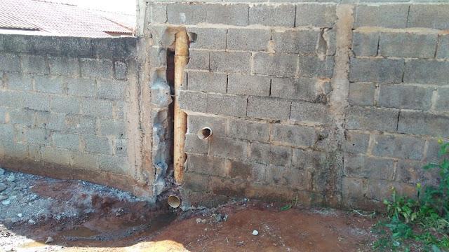 Cachorro entrou dentro de encanamento de casa em Alfenas (MG) (Foto: Corpo de Bombeiros)