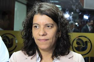 Deputada estadual Estela Bezerra fica ferida após colidir carro em árvore