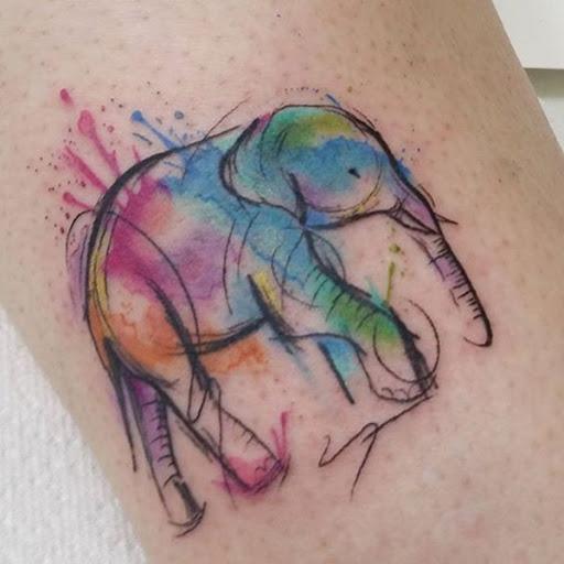 Um elefante é retratado em um esboço de estilo com manchas de aquarela que utilizam uma variada paleta de cores.