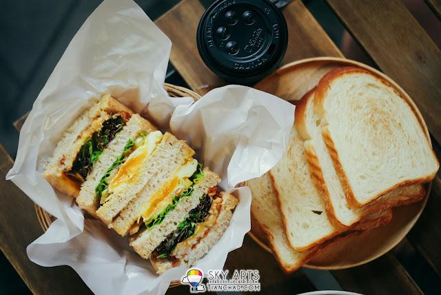 全麥土司 配 芝士薯餅+太陽蛋Wholemeal Toast w/ Cheesy Hashbrown and Sunny Side Up