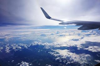 Fotografia aérea onde se vê a asa de um avião