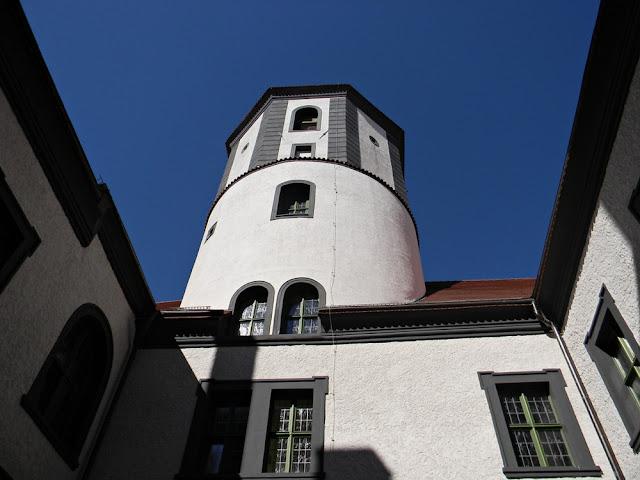 Nad zamkiem w Kożuchowie wznosi się wieża.