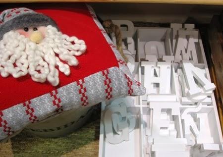 Letras blancas abecedario y cojines navideños