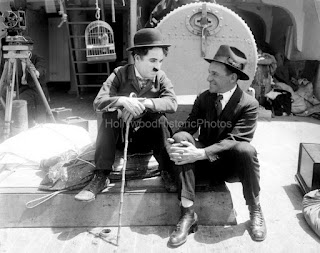 "Чарли Чаплин и менеджер Lone Star Studio Джон Джаспер на съемках ""Иммигранта"" (1917)"