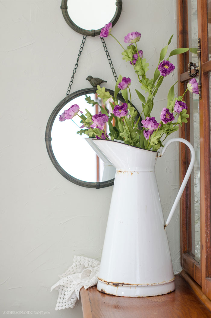 Farmhouse style flower arrangement in enamelware pitcher #flowerarranging #flowers #farmhousedecor #DIY #andersonandgrant