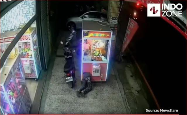 Pencurian Di Claw Mesin Terekam Kamera CCTV, Lihat Cara Pria Ini Mengambil Boneka Didalam Mesin