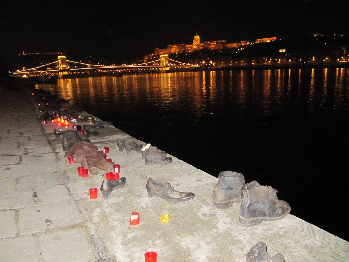 monumento de los zapatos, gueto budapest, conmemoracion victimas del holocausto, homenajes, monumentos funerarios, shoah, Los zapatos en el Paseo del Danubio
