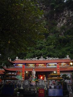 Pagoda nella baia di Halong, Vietnam