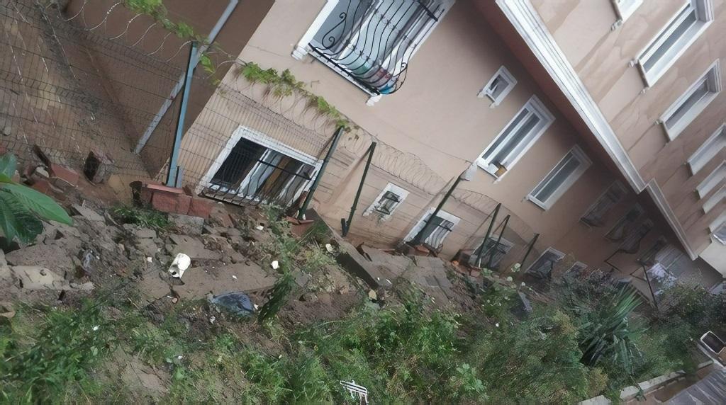 Aşırı yağmur nedeniyle bahçe duvarı çöktü: 1 yaralı
