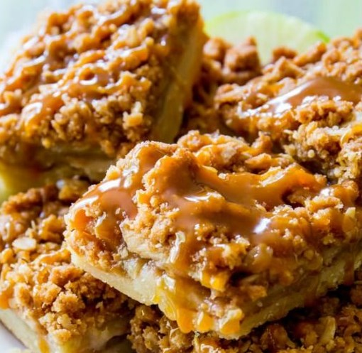 Salted Caramel Apple Pie Bars #Bars #Caramel