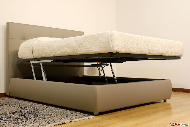 Alzata di cortesia con doppio pistone idraulico fissato al fascione del contenitore del letto con bulloni passanti