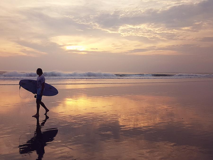 Surfer im Sonnenuntergang auf Bali