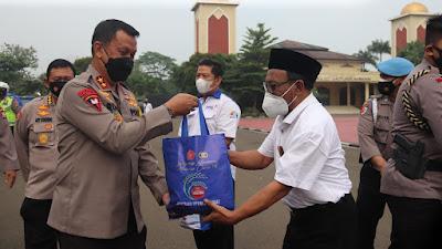 PPKM Level 4, Polda Banten Bagikan Sembako kepada Buruh dan Pekerja