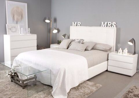 De igual manera aqui se opta por tonos grises y el gran for Decoracion de habitaciones para parejas jovenes