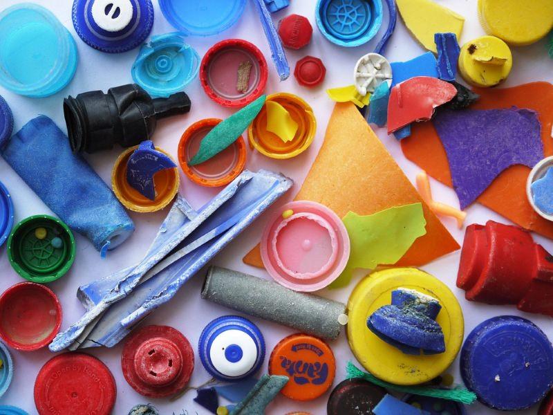 Plásticos encontrados numa praia