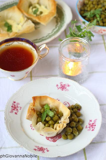 Mini quiche di pasta fillo farcite con crema alla robiola, piselli e maggiorana