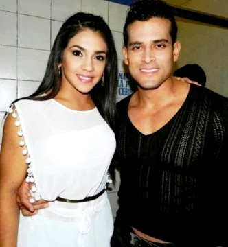 Foto de Christian Domínguez y Vania Bludau posando para fans