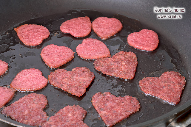 Обжаренная колбаса для завтрака
