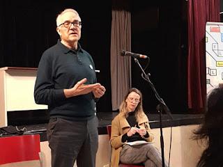 Agustín Moreno junto a la moderadora Milagros García en la charla de la Semana por la Educación de Tetuán