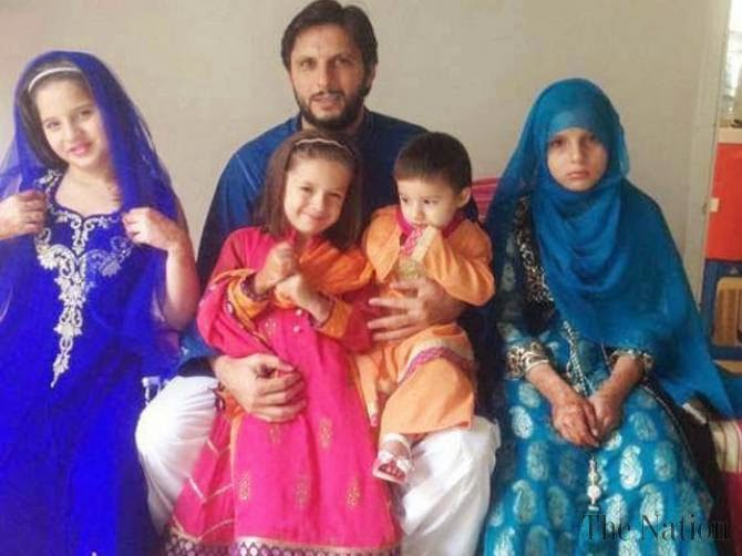 Shahid Afridi S Family With Wife Daughters