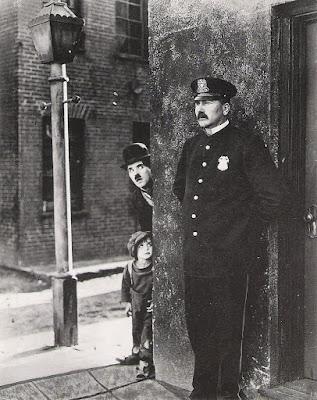 "Чарли Чаплин и Джеки Куган в фильме ""Малыш"" (The Kid) (1921)"