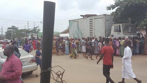 Massive turnout as Pastor Adeboye's wife distributes food items to widows