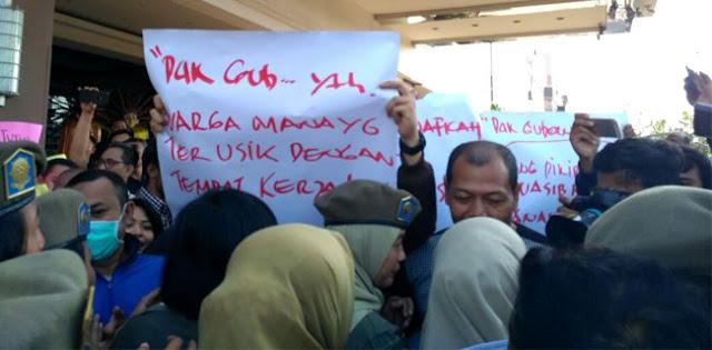 Tiba Di Alexis Satpol PP Dihadang Demo Karyawan