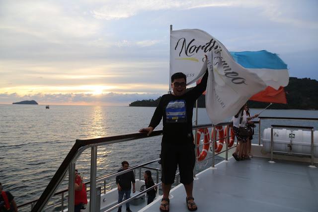Menikmati Sunset Dari North Borneo Cruise di Laut Sabah