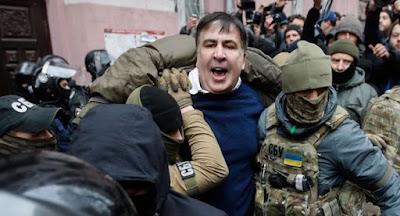 Активисты отбили Саакашвили у СБУ и прокуратуры во время ареста