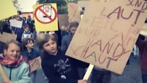 Gila! Bocah Ini Demo Orang Tua Mereka, Ada Apa?