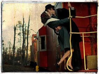 Ζευγάρι-φιλιέται-επάνω-σε-τρένο