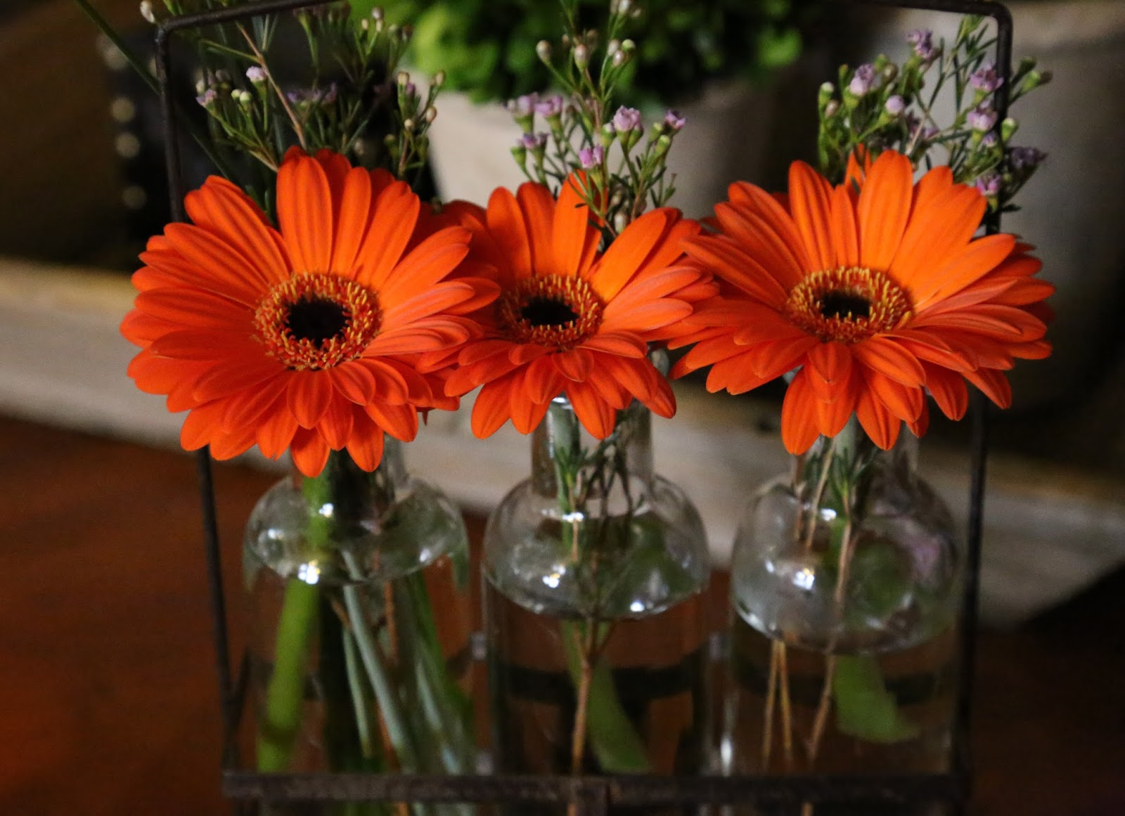 Decorated mantel easy floral arrangement to make for the weekend and quick way to brighten and freshen any room and you can enjoy them over the weekend were still enjoying this arrangement with gerbera daisies reviewsmspy